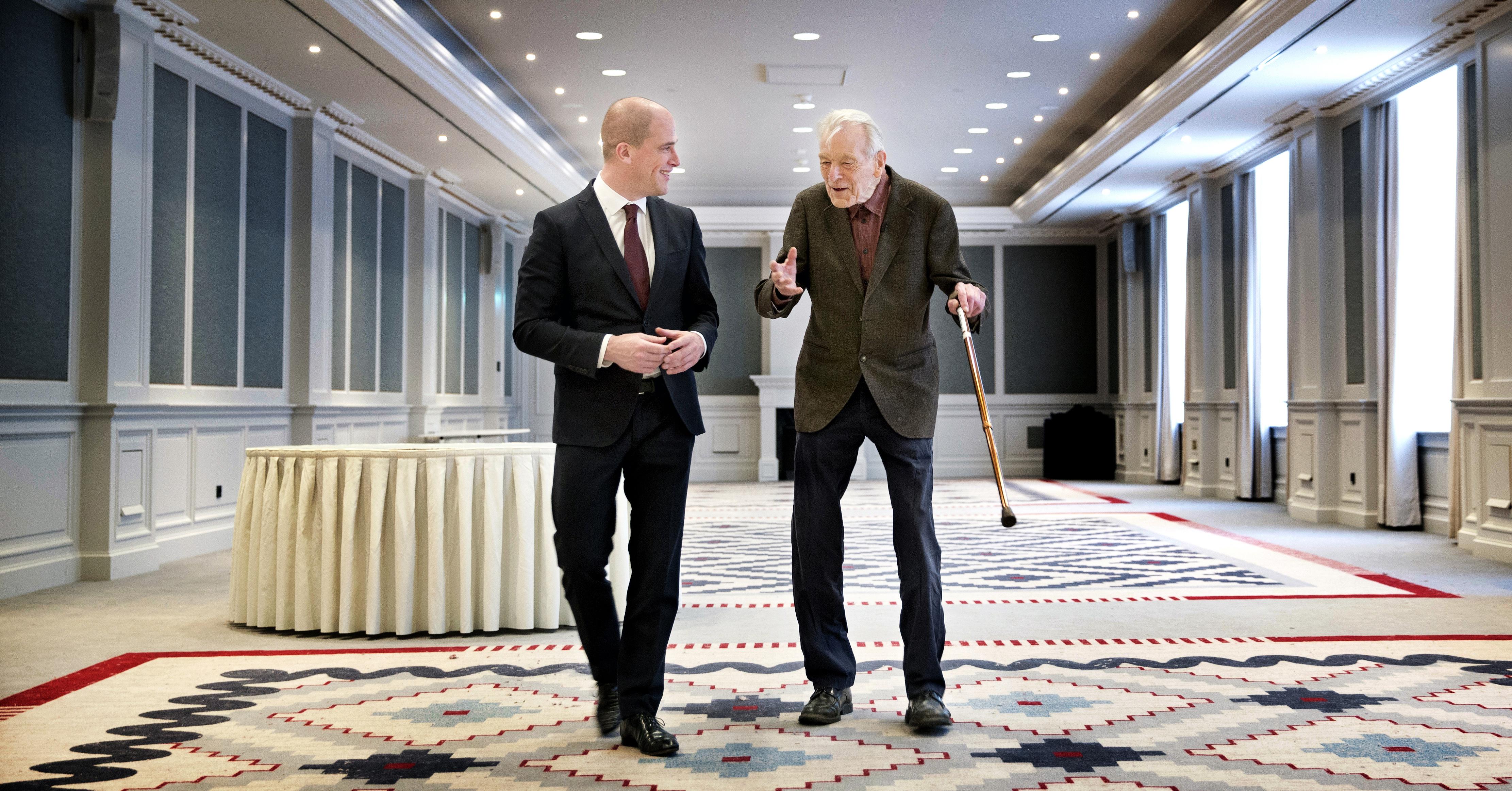 AMSTERDAM - Andre Kobben (R) geeft toelichting aan Diederik Samsom hoe het er in de zaal aan toe ging. André Köbben en Diederik Samsom. PvdA a.s. dinsdag 70 jaar. Om 11.30 is Diederik Samsom in Hotel Krasnapolsky in 020 en spreekt met Köbben, de man van 90 die er in 1946 als twintiger ook bij was.. FOTO GUUS SCHOONEWILLE