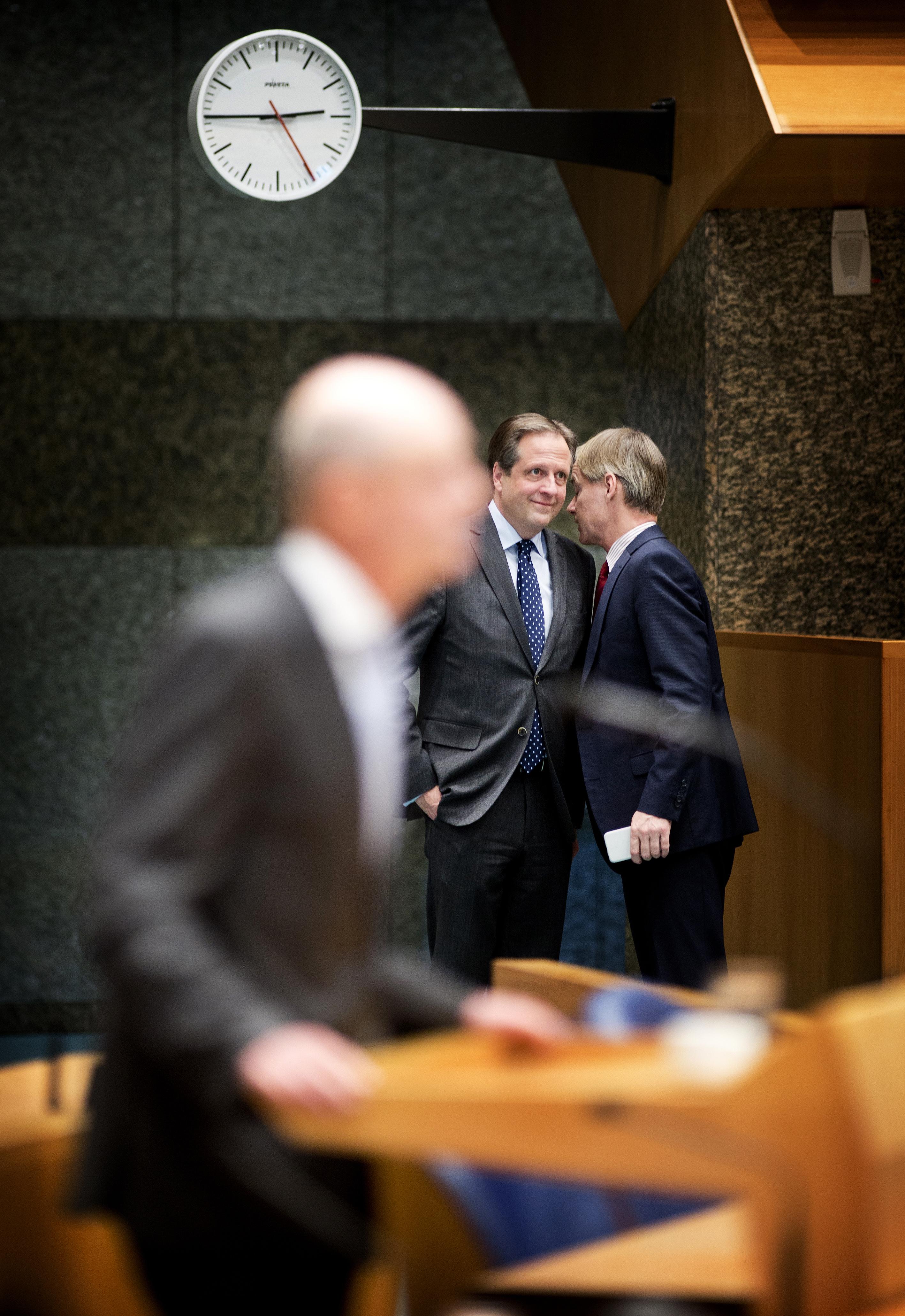 ## VRIJE FOTO ## DEN HAAG - Alexander Pechtold (D66) en Harry van Bommel (SP) in een onderonsje in de kamer. Kamerleden in de tweede kamer tijdens het vragenuurtje. - FOTO GUUS SCHOONEWILLE