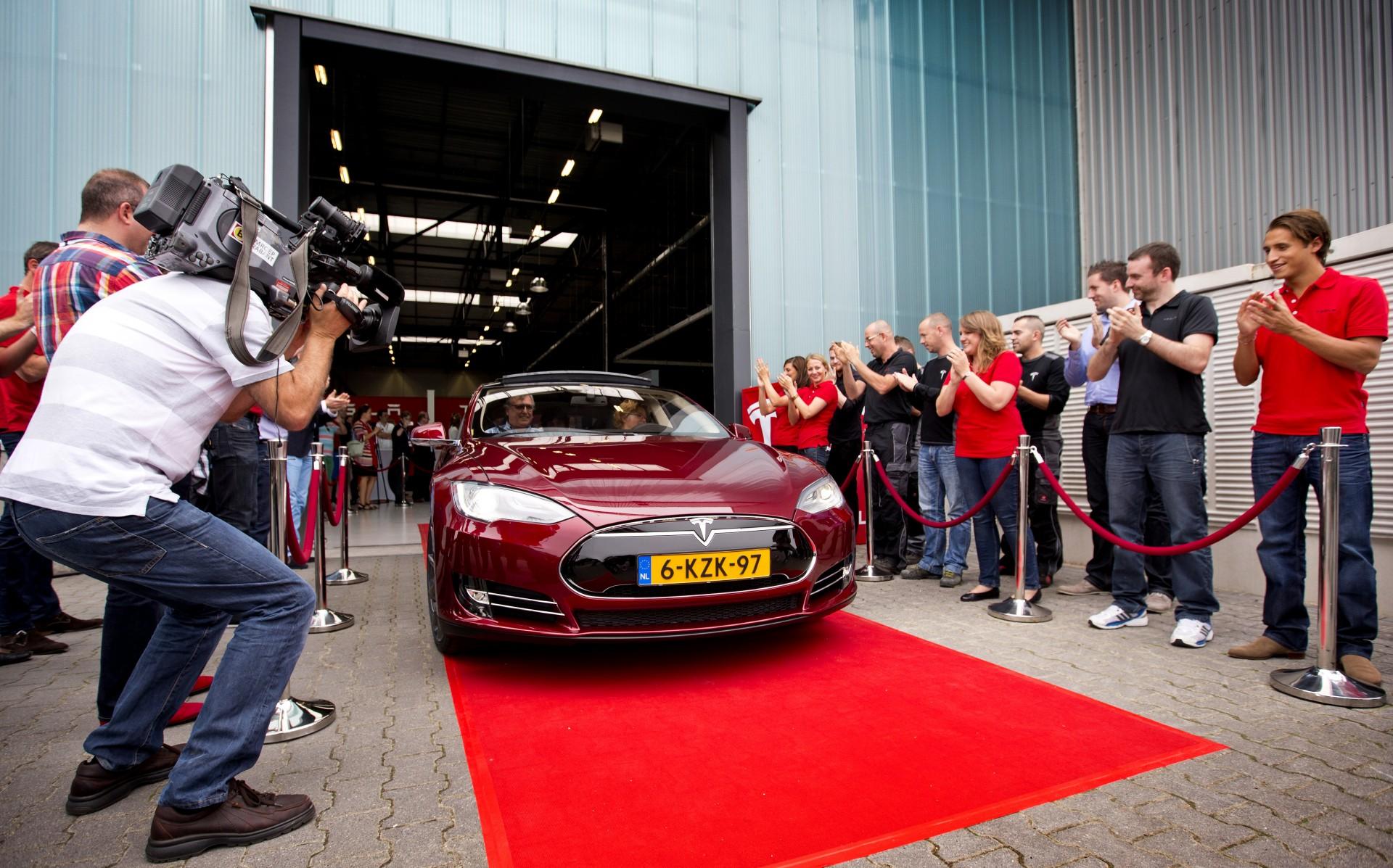 Tesla Motors opent zijn Europese assemblagefabriek in Tilburg.
