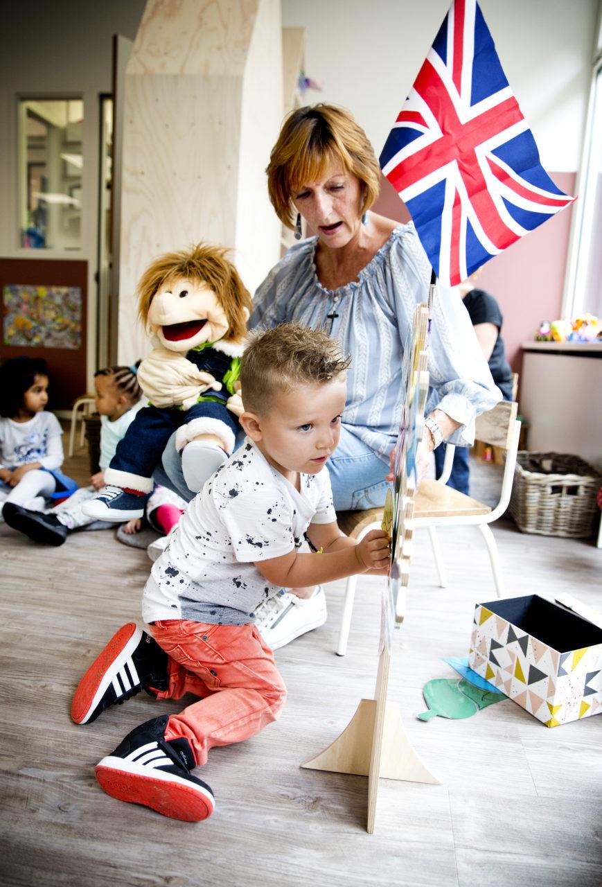 Peuters leren Engels met handpop Benny