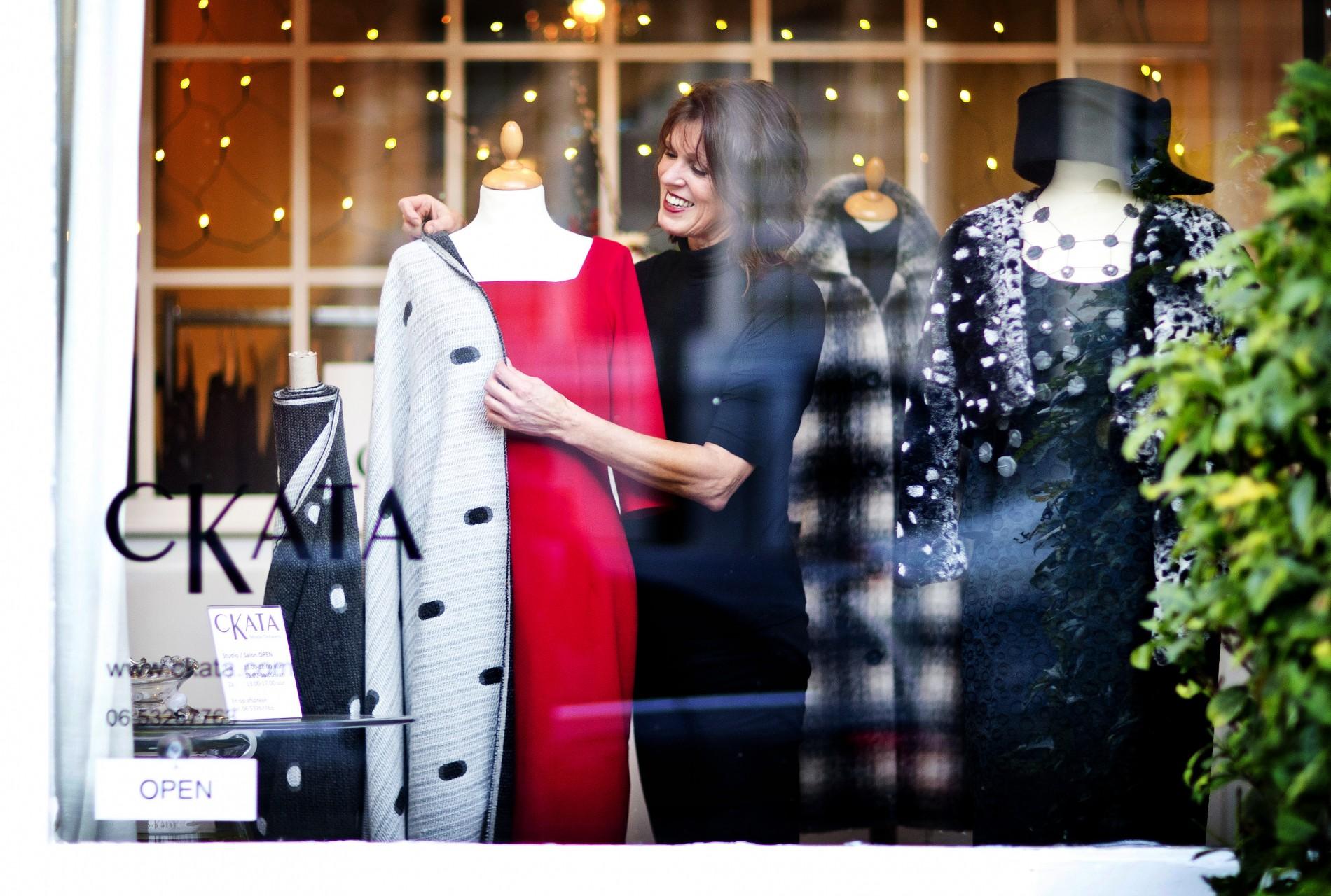 De Delftse modeontwerpster Mieke van der Schans